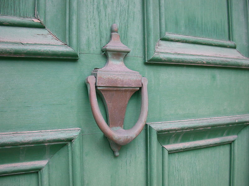 800px-Old_Brass_Door_Knocker